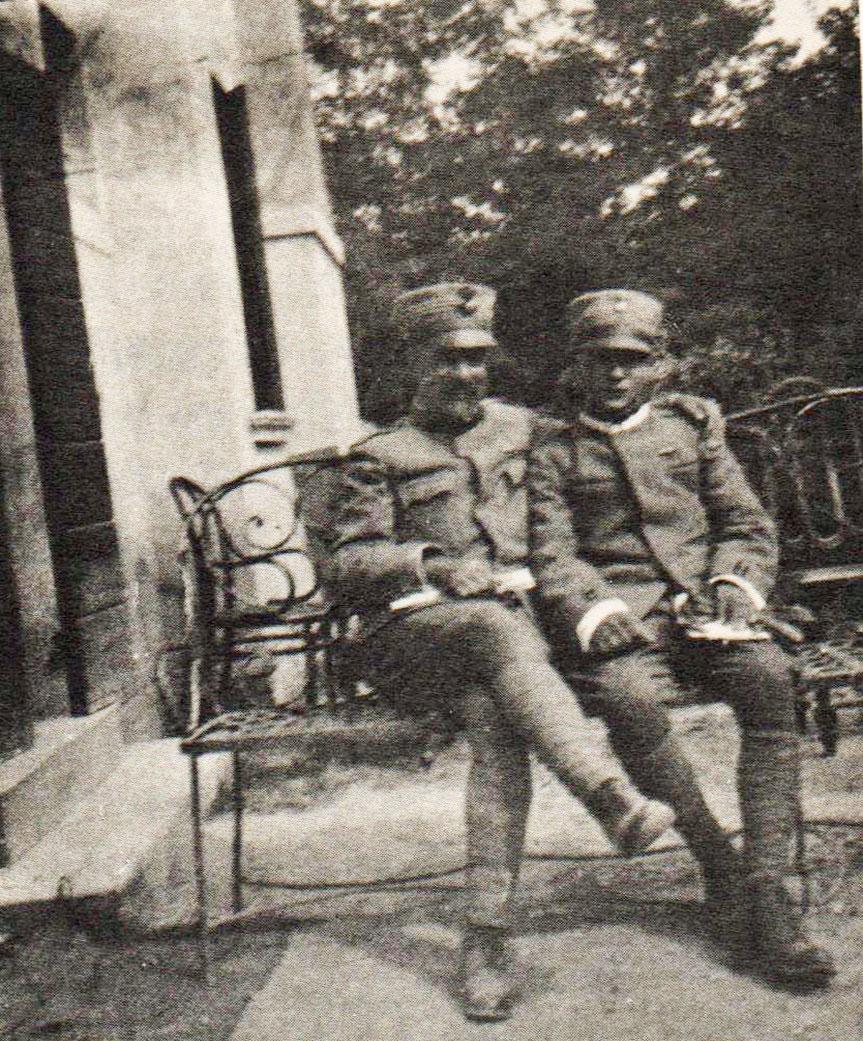 A destra Giorrgio Romiati (el barba), a sinistra Edoardo Meazzi (el nevodo) in uniforme italiana